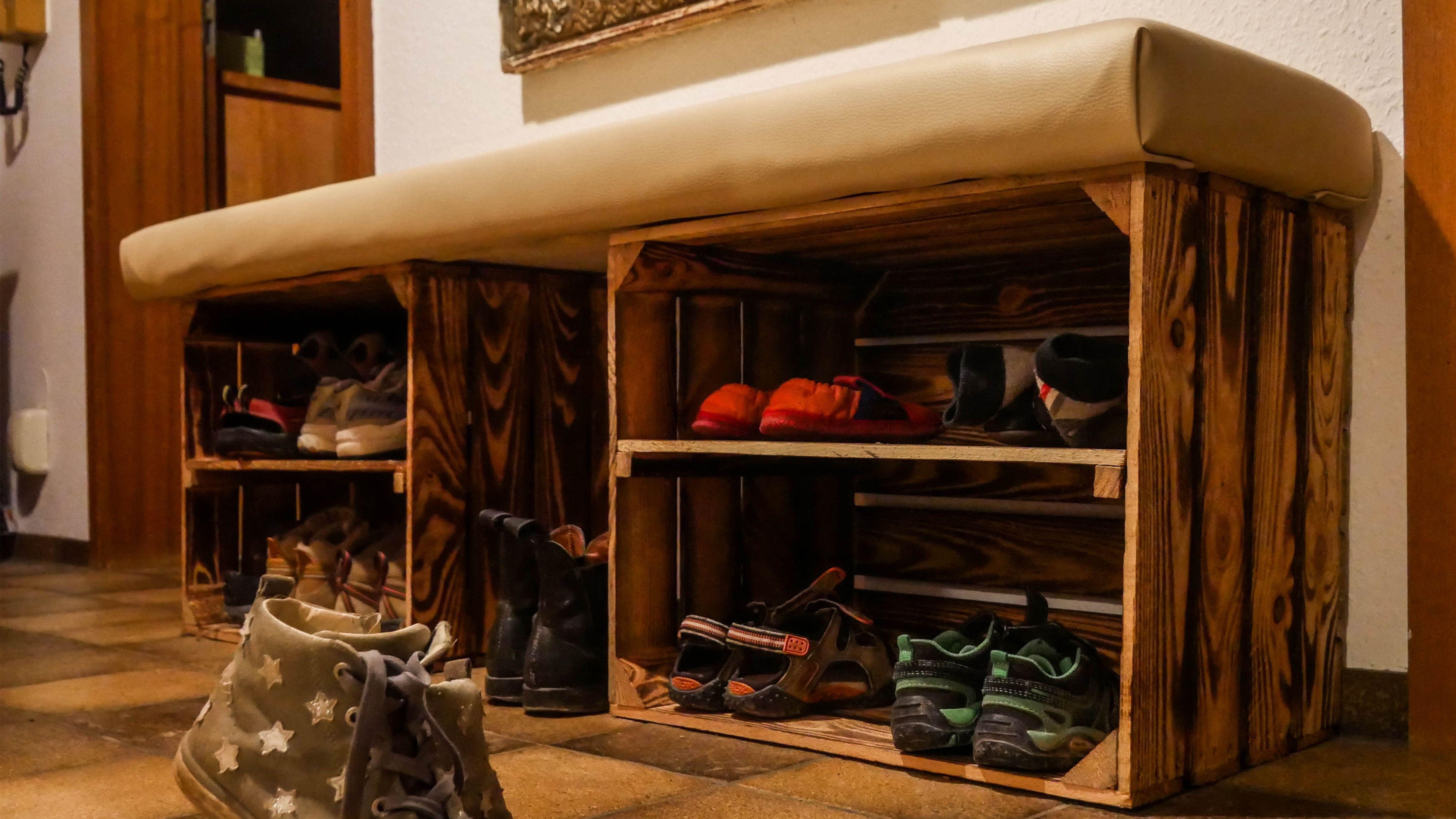 Schuhregal Mit Sitzbank Aus Alten Weinkisten Fur Kinder Alten Aus Diygardenboxwithpallets Fur Kinder M In 2020 Shoe Rack With Seat Shoe Rack Shoe Rack Bench