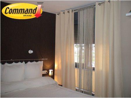 Consejo Command: Al colgar las cortinas desde el techo y no justo por encima de las ventanas, harás que las paredes se vean más altas y espaciosas.