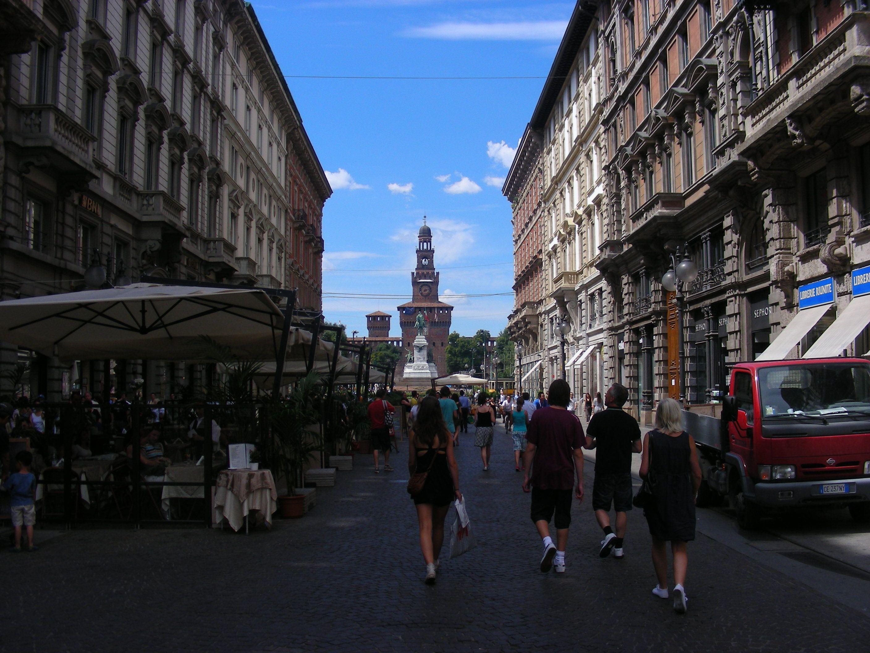 賑やかなミラノの街並み