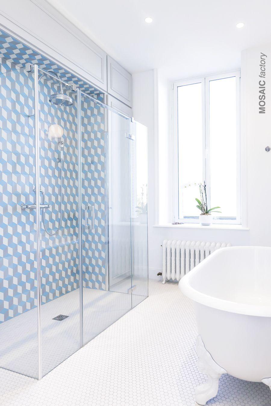 Weisses Modernes Badezimmer Mit Blau Grau Und Weiss Gemusterten Wandfliesen Aus Der Mosaic Fa Badezimmer Fliesen Badezimmer Fliesen Ideen Gemusterte Wandfliesen