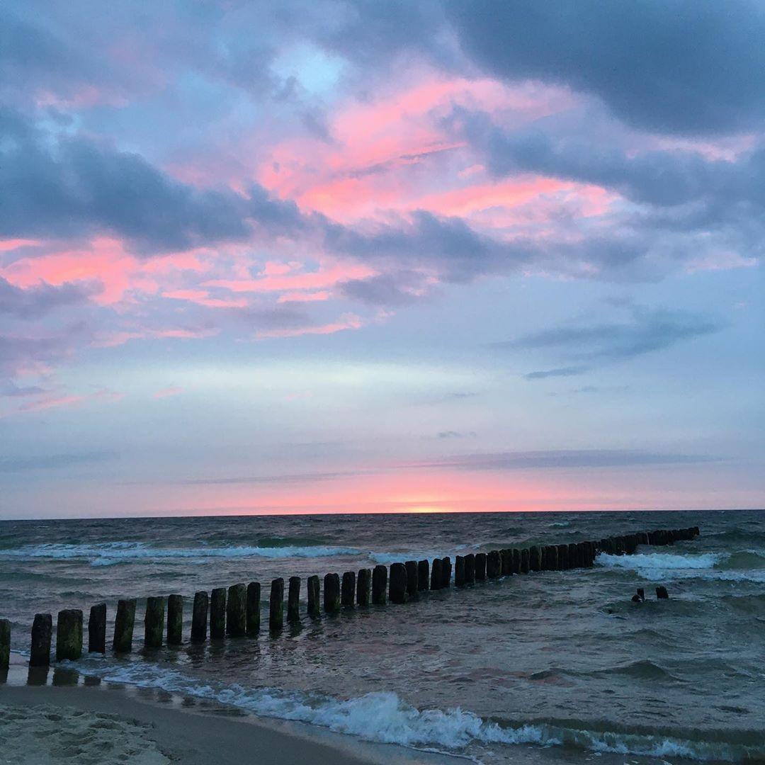 #sunset #sunsetphotography #sunsetlovers #rosesunset #redsunset #bluesky #beach #beachvibes #sea #seaside #seaview #balticsea #poland #beautiful #amazing #happy #romantic #calm #peace #song #waves