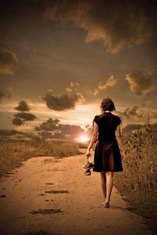 Me gustaría seguir adelante, y poder mirar hacia atrás con serenidad, sin que el corazón sufra. Y marcharme mirando con una sonrisa, sin arrepentimientos por todo lo que dejé atrás.
