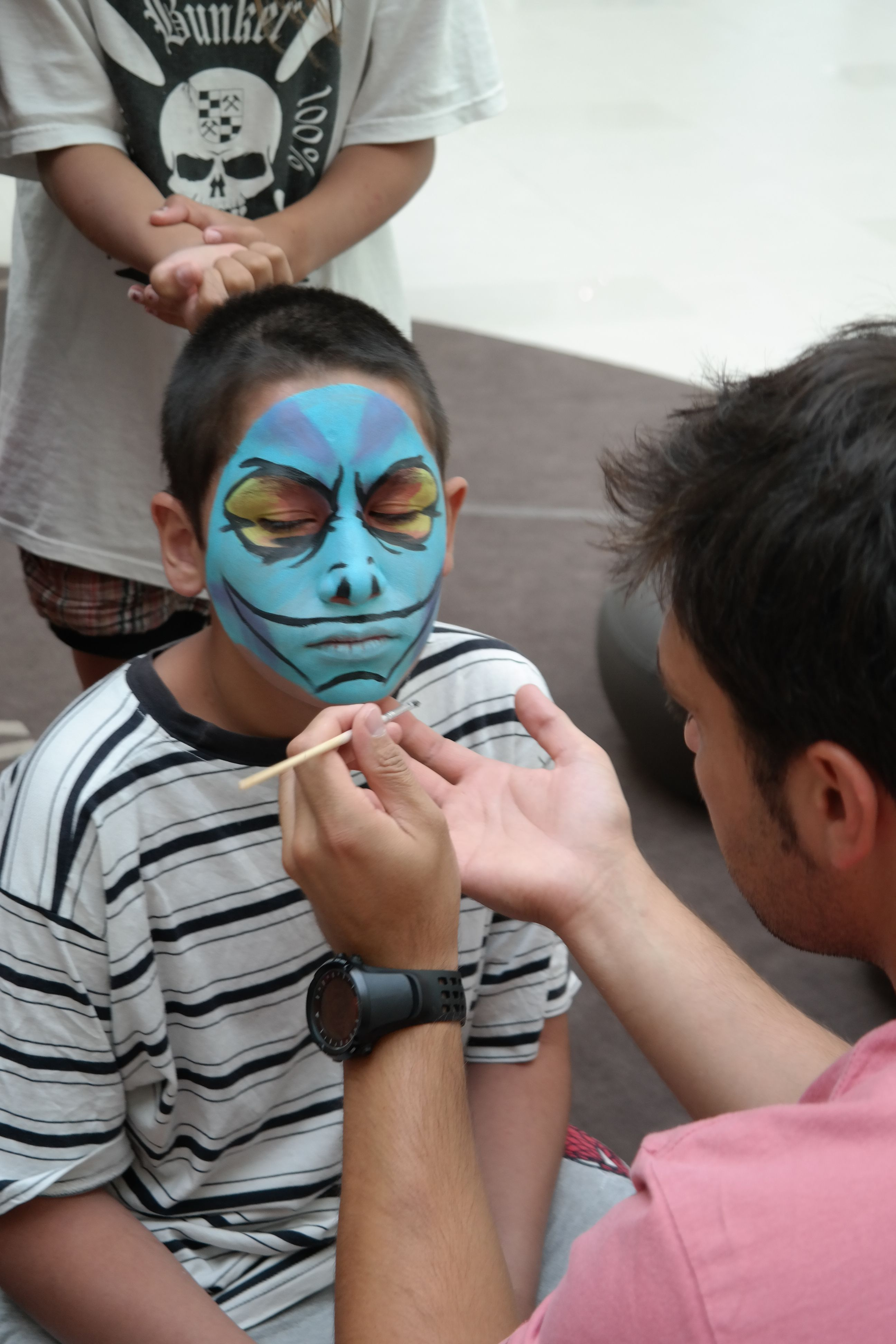 Подготовка за концерта на Рафи с рисунка на лице.