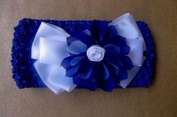 Faixa de bebê, feita em crochê com elastano, na cor azul royal, com laço de cetim branco. Flor japonesa de chiffon azul e branca.  Muito confortável e macia, não aperta! R$ 17,00