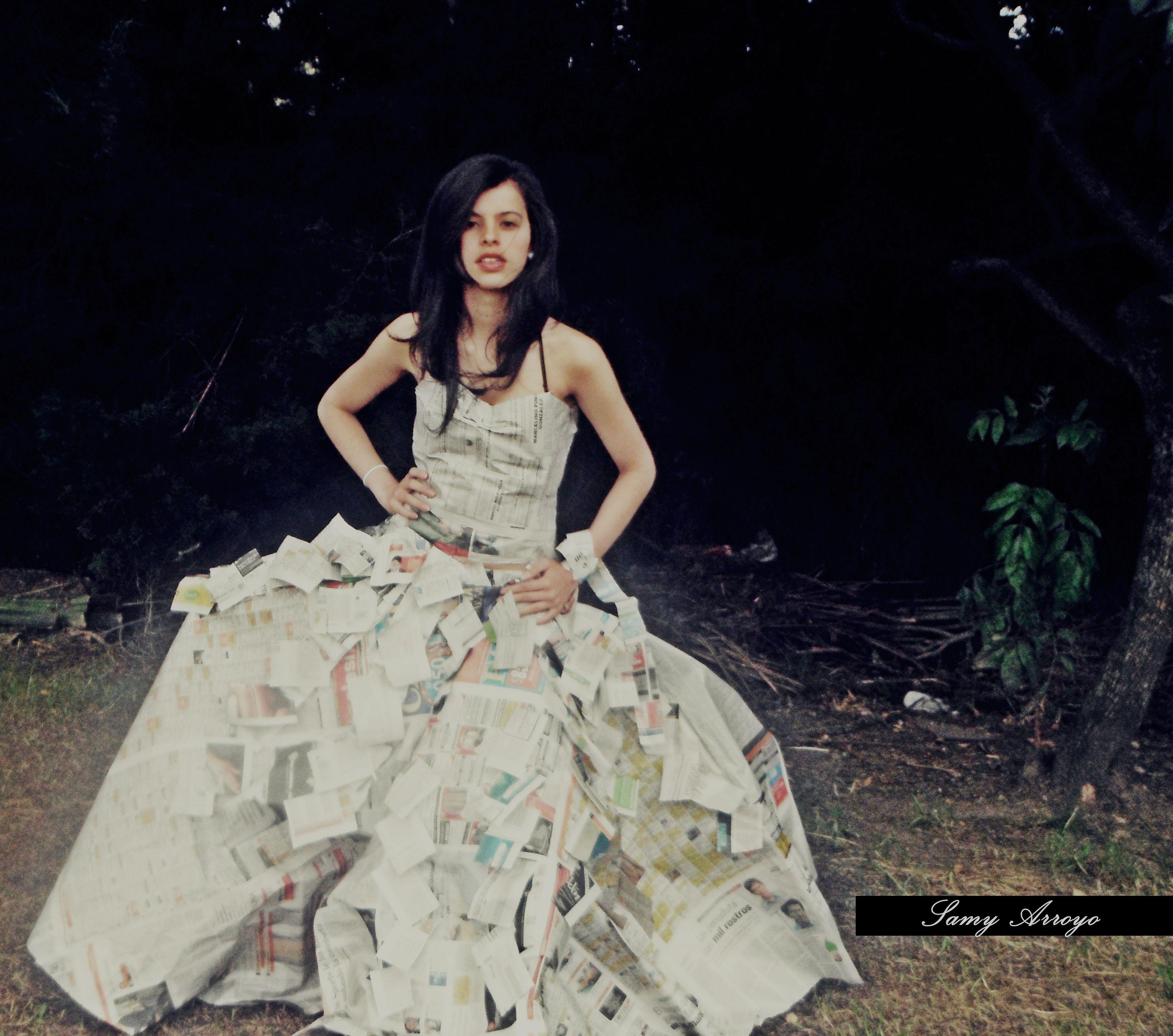 d9e65ce3f2 Vestido de papel periodico.