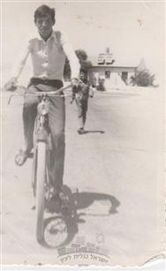 שמעון ראופר על רוכב על אופנים בשכונת הפרסים