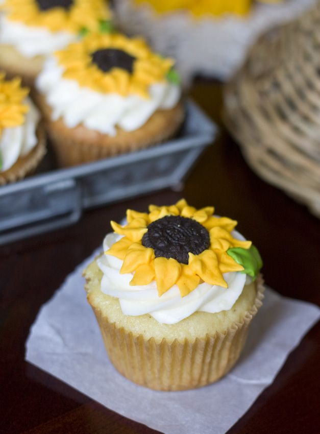 Erica's Sweet Tooth » Lemon Sunflower Cupcakes #sunflowercupcakes
