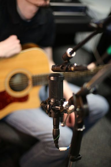 Home Recording Tips 10 Acoustic Guitar Mic Techniques Disc Makers Guitar Mic Guitar Acoustic Guitar