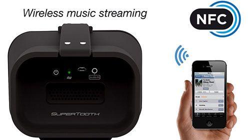 Supertooth macht Bluetooth Musik hören auch auf Sommerpartys am Strand zum Erlebnis.