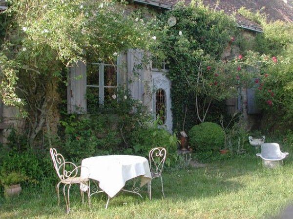 Salon de jardin en fer forgé dans un cadre sauvage | Garden ...