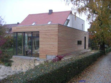 Ein Massivholzanbau mit Flachdach erweitert die Wohnfläche