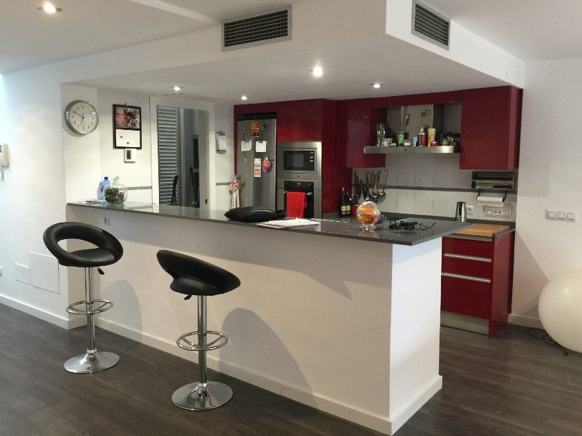 Cocina moderna abierta salon barra americana mallorca for Ideas para reformar cocina alargada