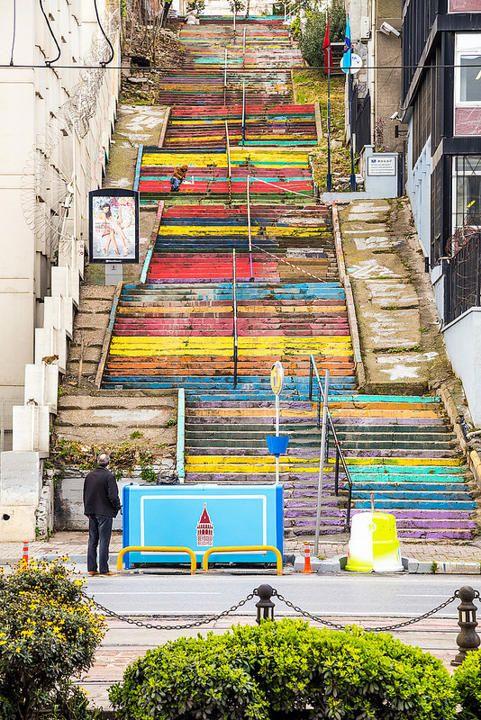 Escada chamada Revolução do Arco-íris em Istambul na  Turquia. Idealizada por um engenheiro aposentado