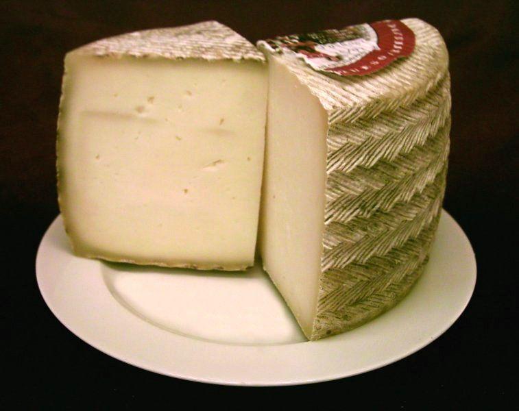 Manchego - o queijo mais emblemático e importante da Espanha, o queijo Manchego. O queijo Manchego, como diz o seu nome vem de Castilla-La Mancha no coração da Espanha e é exclusivamente feito a partir de leite de ovelha Manchega, uma raça autóctone da região.  Embora a denominação de origem protegida reconhecida pela comunidade européia foi feita só no ano de 1996 este queijo conta com uma história de mais de 2000 anos.  http://salondufromage.blogspot.com.br/2010/05/queijo-manchego-dop.html