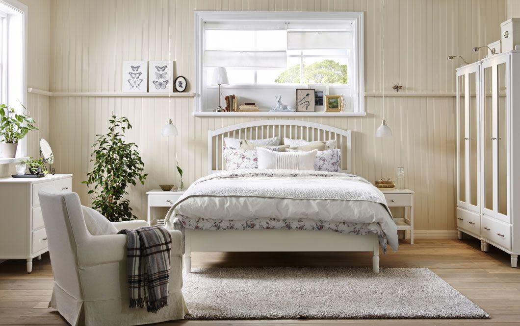 Chambre coucher de style champ tre avec grand lit deux tables de chevet commode 3 tiroirs et - Chambre a coucher champetre ...