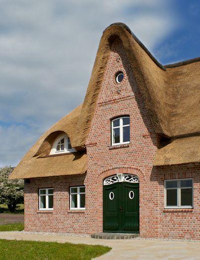 Detailreiches Massivhaus mit Friesengiebel und Reetdach