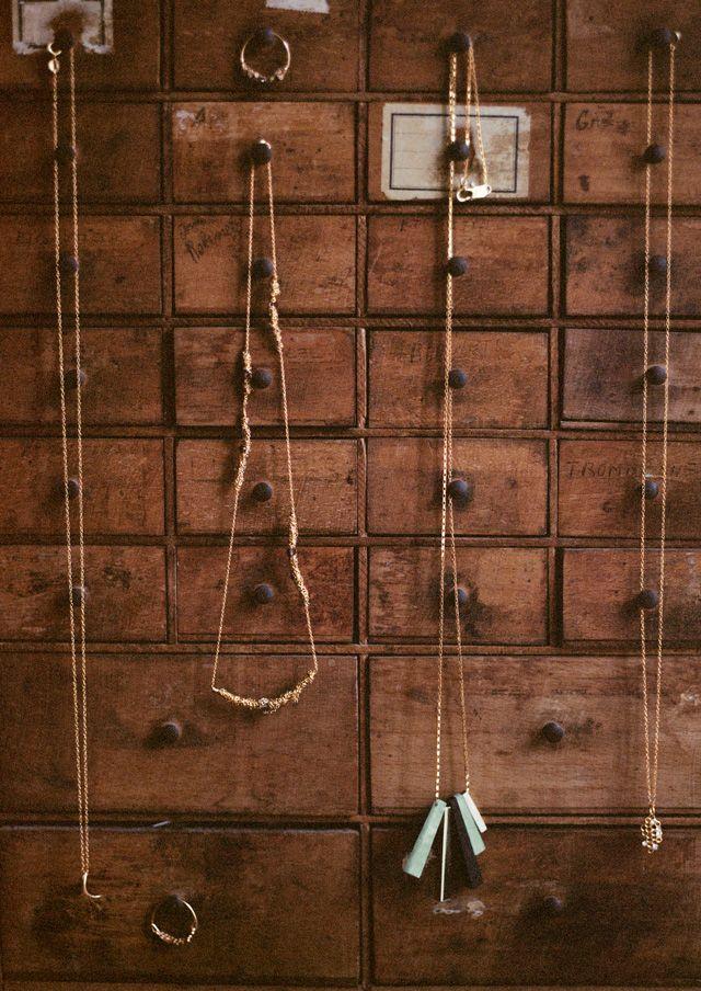 & Other Stories s'associe à la créatrice de bijoux Lara Melchior le temps d'une collection capsule pour printemps-été 2014.  Le résultat de cette collaboration ? Des bijoux fins et ultra élégants inspirés de la nature dans les prix & Other Stories.