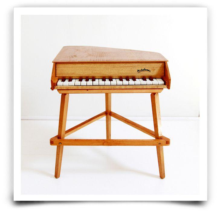 Rare piano à queue Michesonne, jouet des années 60 de la célèbre marque parisienne, réputée pour la qualité inégalable de son son.En parfait état.Retrait sans frais : Entrez le code ATELIER à la fin de votre commande