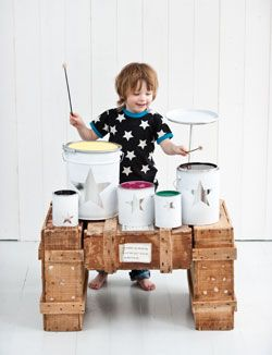 DIY drum set from paint cans, perfect outdoor activities for the toddlers - 101 Woonideeën