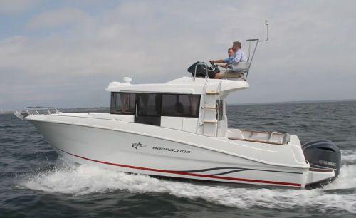 Beneteau Barracuda 9: The rub rail creates a sloping sheer line