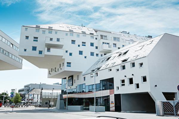 Schoner Wohnen In Wien Dieses Wohnhaus In Wien Bildet Mit Der Prefa Dachraute In Weiss Ein Architektonisches Highlight Inmitte Wohnhaus Moderne Gebaude Baustil