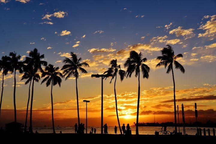 ワイキキ【観光大国ハワイの歴史はここから始まりました。この海を見ずしてハワイは語れません!遊歩道の整備も進み近年さらなる魅力を増した王道ビーチです。】 海水浴はもちろん、サーフィンやパドルボードもできます!レンタルショップもありますよ。 また、意外と知られていませんが、ワイキキビーチにもパワースポットがあるんです。 デューク・カハナモク像の近くには「魔法石」とよばれるヒーリングストーンがあったり、ハレクラニホテル前あたりの海は古代から病を治すと言われてきた海なんです! Waikiki Beach 【住所】Kalakaua Avenuue, Honolulu, Oahu, HI 96815