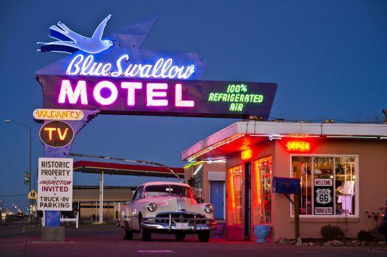Un coche clásico en un motel de Nuevo México.