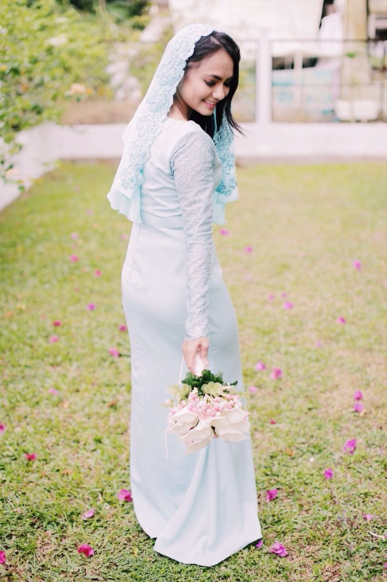 Dusty Blue Malay Engagement Dress With Veil And Hand Bouquet By Shikahdzowahir Photo By Amir Jusni Engagement Dresses Wedding Engagement Wedding Dresses