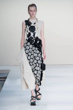 Marni – Muster mit 3D-Effekt: Hohe Handwerkskunst und viel Liebe zum Detail zeigen die Designer mit plastischen Effekten. Beliebtes Motiv sind dreidimensionale Blüten, die auf Kleidern und Röcken ein modisches Eigenleben führen. Die schönsten Laufsteg-Looks zeigt flair Ihnen hier.