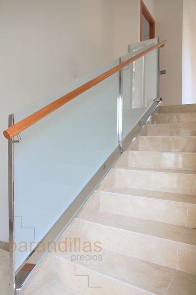 Barandilla en vidrio glass de 5+5mm. Montantes de 40x10, pasamano de madera de Ø50 sujetado lateralmente y sujeción del vidrio en guia. El cubremuro de acero inoxodable no está incluido en el precio.   http://www.barandillasprecios.com/barandillas/barandillas-interiores/cristal2012-10-01-20-53-40/cristal-vi5-detail