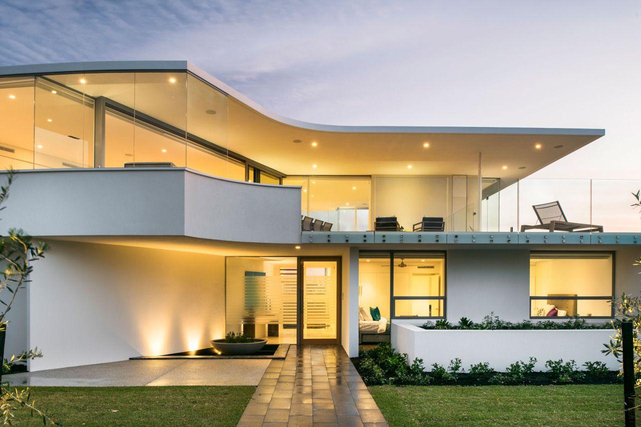 Maison moderne sur deux étages avec une large baie vitrée en courbe ...