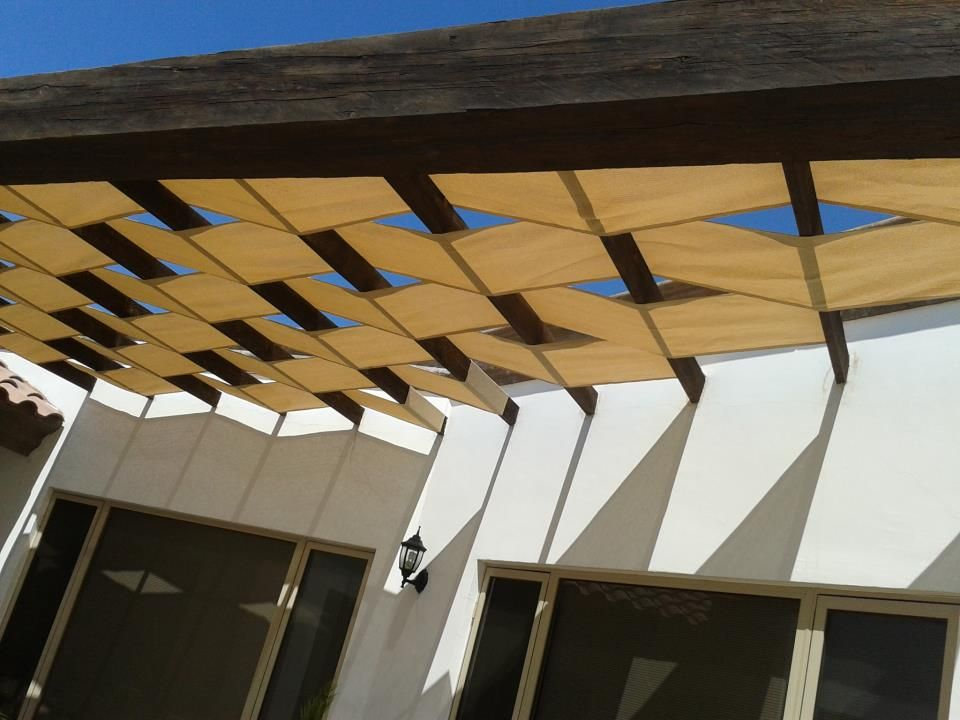 Pergola metálica, con malla sombra trenzada Un genial detalle - sombras para patios