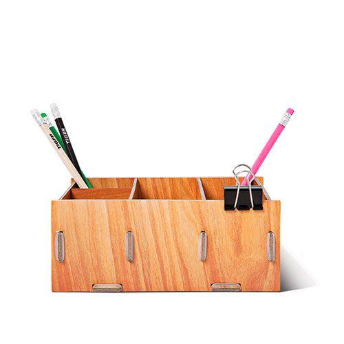 Skrivebordsordneren i Tigerdesign samler du selv af papdele som holdes sammen af elastikker. Flere farver. Kr. 20,-