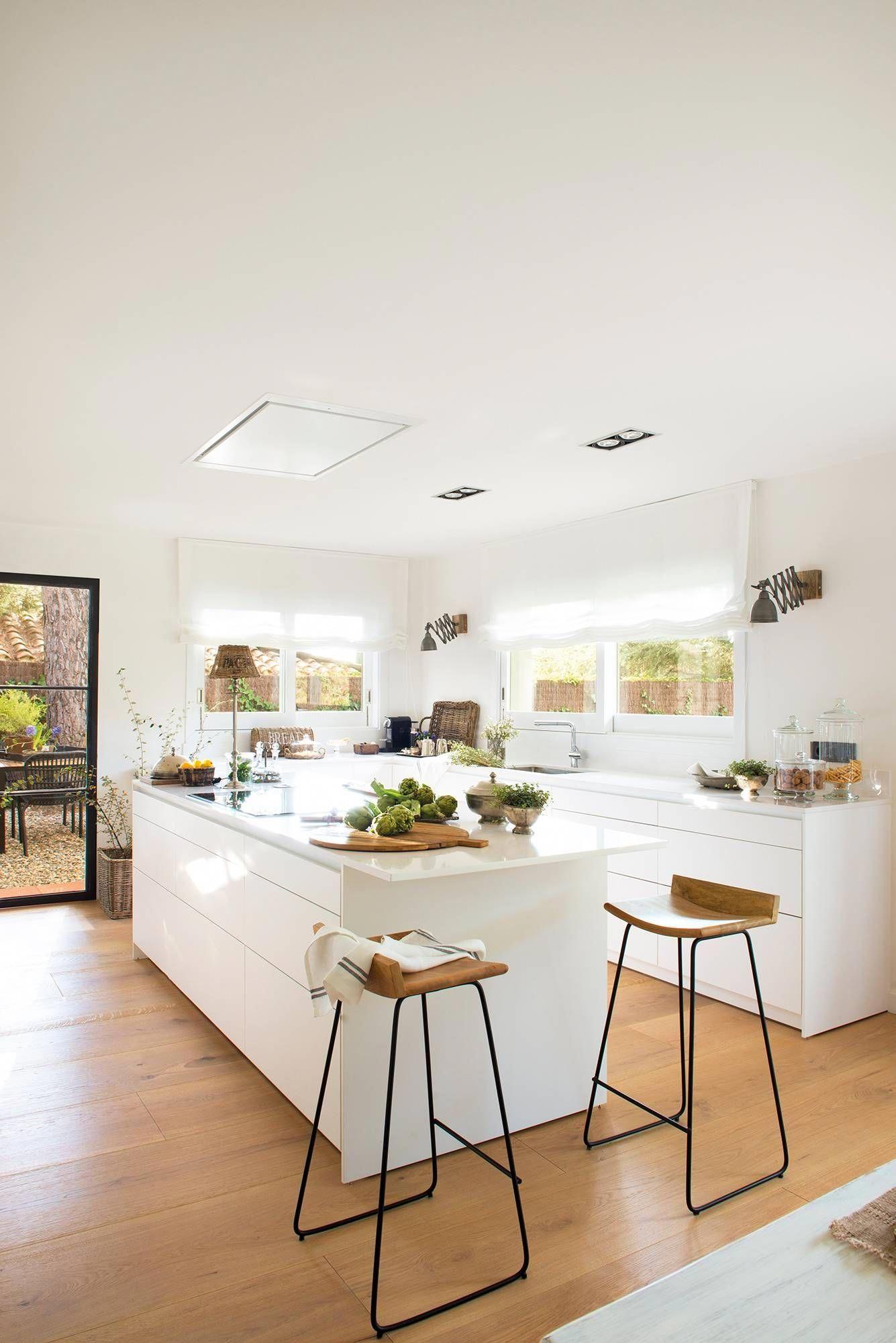 00480346 Cocina Abierta Al Salón Con Muebles Bajos En Color Blanco Isla Y Barra Con Taburet Decoración De Cocina Moderna Decoración De Cocina Cocinas De Casa