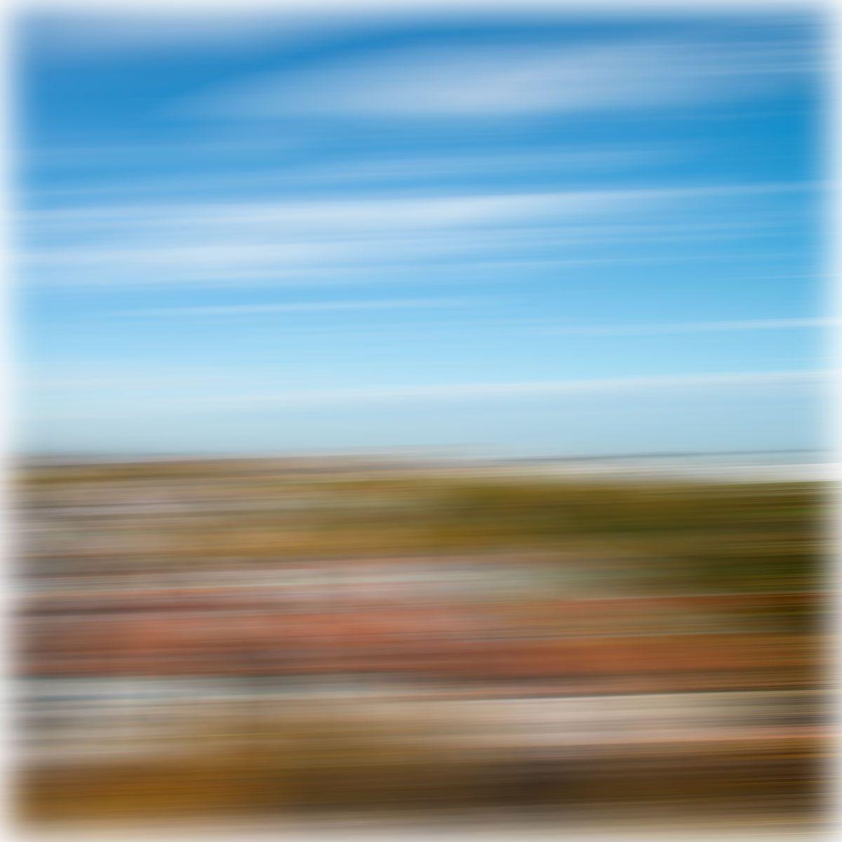 fotomarf: Auch hier sehr abstrakt der Himmel und Erde in Unschärfe verwischt.   Again, very abstract heaven and earth in blur blurred.