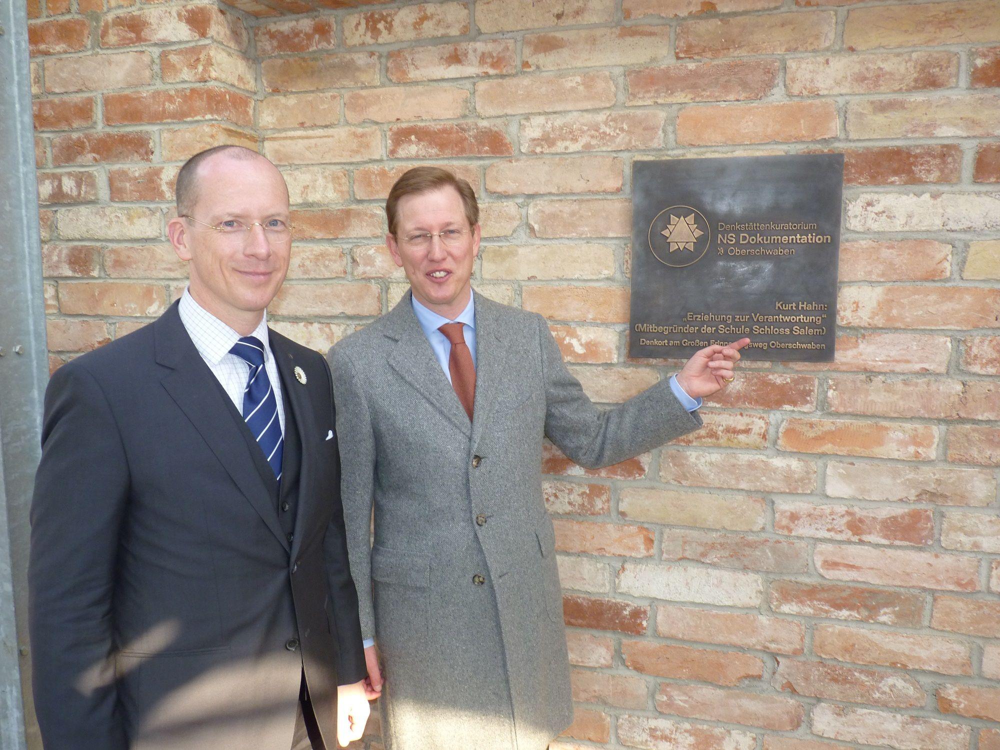 Seit Mitte März erinnert im Besucherpavillon von Schloss Salem eine Bronzetafel an den Salemer Schulgründer Kurt Hahn