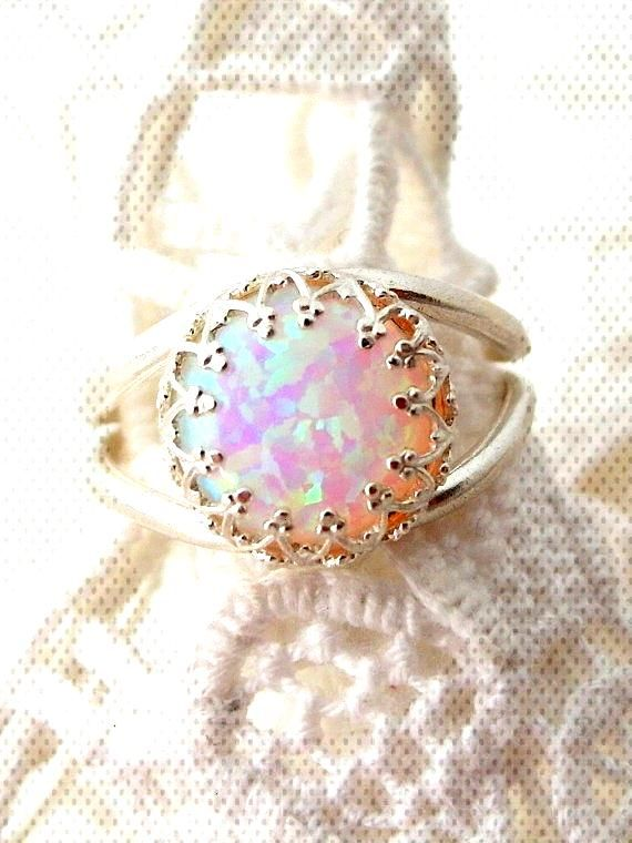 White opal ring Silver opal ring Gemstone ring por EldorTinaJewelryYou can find Opal rings and more on our websiteWhite opal ring Silver opal ring Gemstone ring por Eldor...