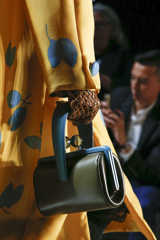 Marc Jacobs Spring 2019 Ready-to-Wear Fashion Show   BAG LADY   Sac ... 0dff788b5637