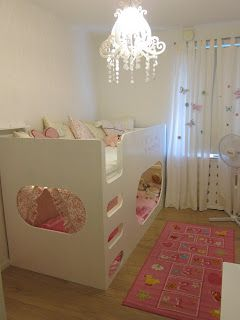 Nu har vi ä ntligen snickrat färdigt, målat och inrett Felines säng/myshörna.  Just nu får hon sova på undervåningen, men senare så får hon ...