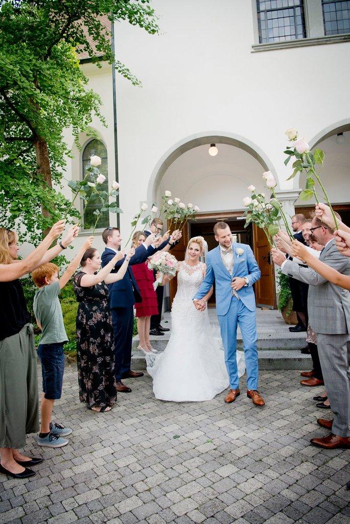 Hochzeitsbrauche In Der Schweiz Wie Feiert Man Hierzulande Hochzeit Hochzeit Spalier Stehen Hochzeit Brauche