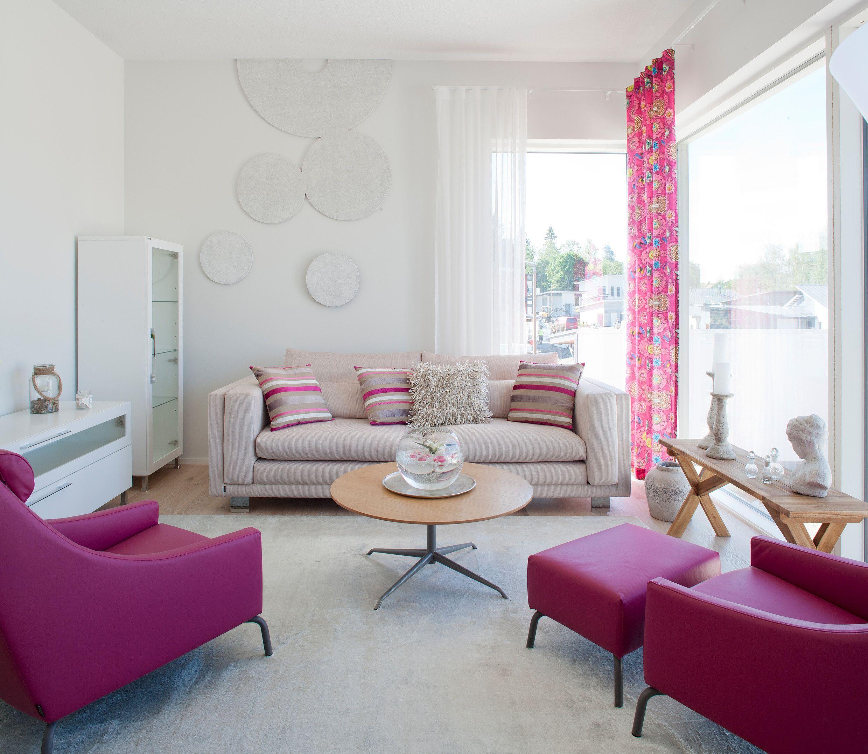 Kuvassa kotimaista sisustusta parhaimmillaan. Taustalla Lahdessa valmistettavat Lumous-sohva sekä Torino-vitriini ja -taso, keskellä Samuli Naamangan suunnittelema Clash-sohvapöytä ja etualalla suomalaisen HT Collectionin Cap-lepotuolit