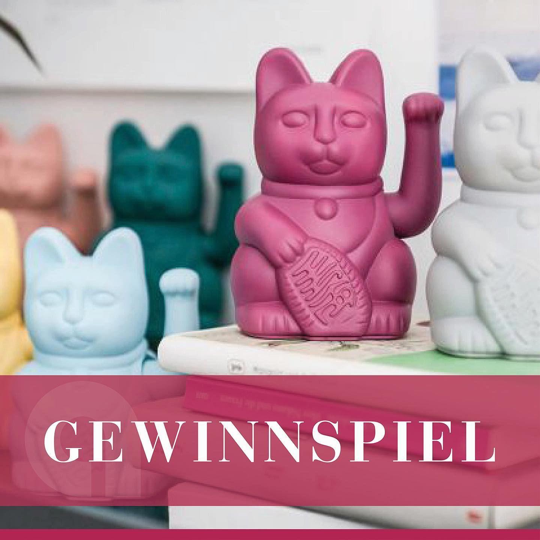 Gewinnspiel By Adelsberger Manekineko Winkende Katze Ist Ein Beliebter Japanischer Glucksbringer In Gestalt Einer Aufrecht Sitzenden Katze Die Den Be