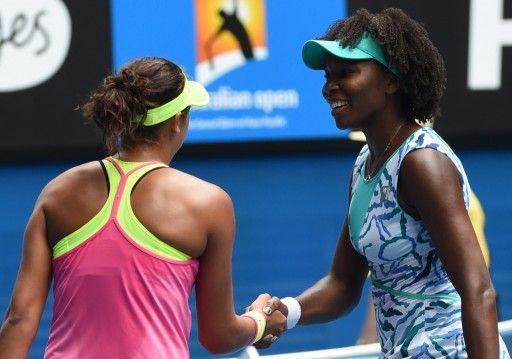 全豪オープンテニス女子シングルス準々決勝。試合後、ヴィーナス・ウィリアムス(右)と握手を交わすマディソン・キーズ(2015年1月28日撮影)。(c)AFP=時事/AFPBB News