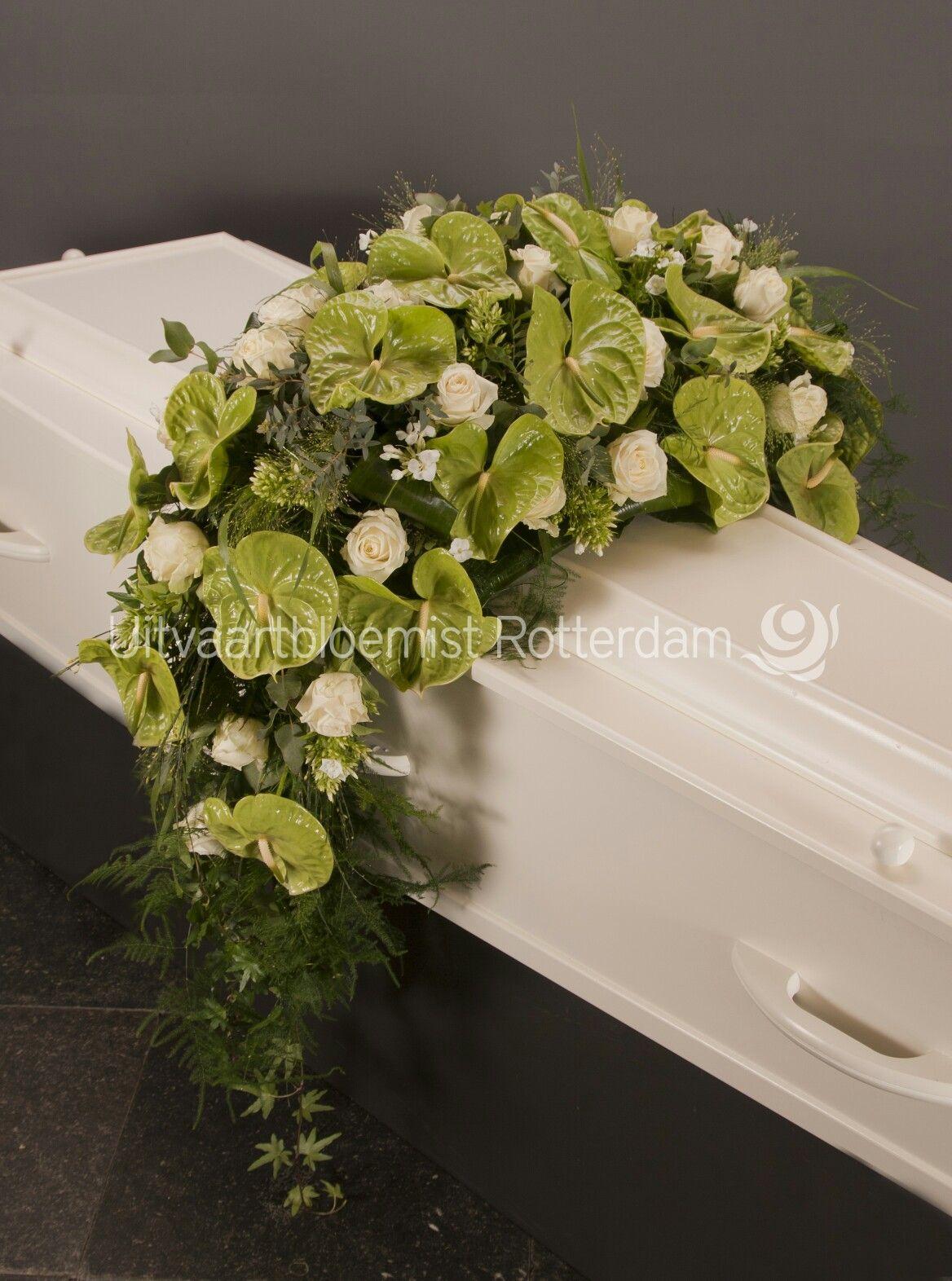 Modern • rouwbloemwerk • afhangend • kiststuk • rouwstuk • Anthurium • witte rozen • Avelanche •