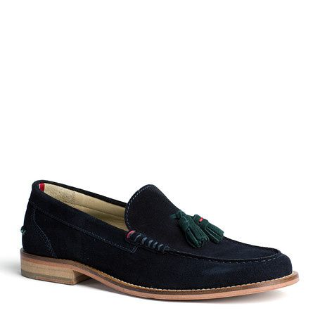 Stylish leather loafer in an eye-catching colour. Raised topstitch around the toes. Tommy Hilfiger signature twin stitch on the outside. Accent-coloured tassels on the tongue. Leather lining and sock lining. Leather sole with stacked heel.