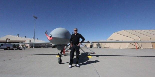 Jay Tuck mit Killer-Drohne, Holloman Air Force Base, USA-Und trotzdem wird der Künstlichen Intelligenz immer mehr Verantwortung gegeben – auch für schwere Waffen. Beim Militär spielen KI-Kampfroboter längst eine wichtige Rolle. Jedes dritte Fahrzeug der US-Streitkräfte ist heute eine intelligente Maschine.