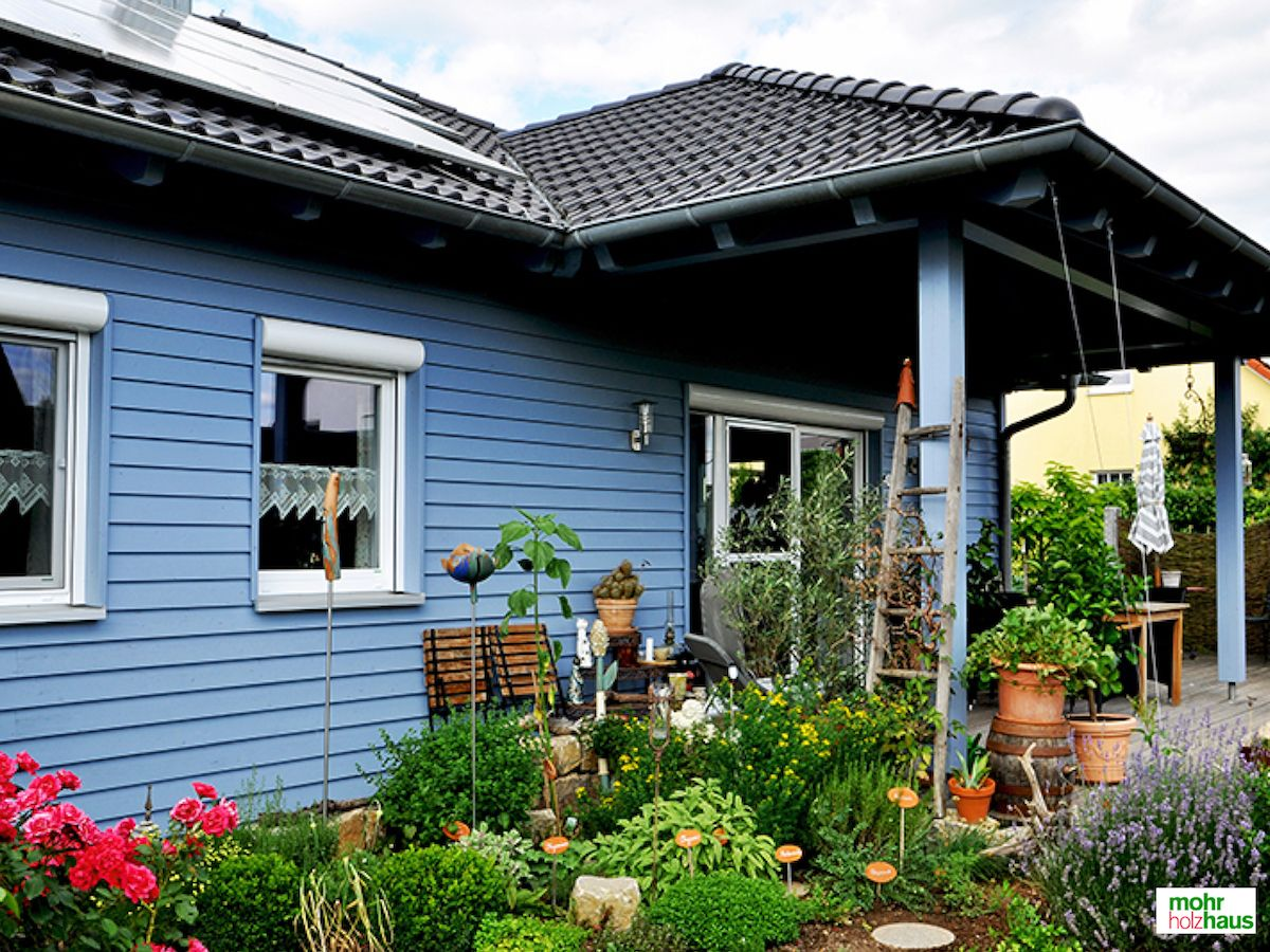 Einfamilienhaus CHARME –Wunderschöne Symbiose aus Haus und Garten. #kräutergarten #wohnhaus #schönerwohnen #holzhaus #mohrholzhaus #garten #natur