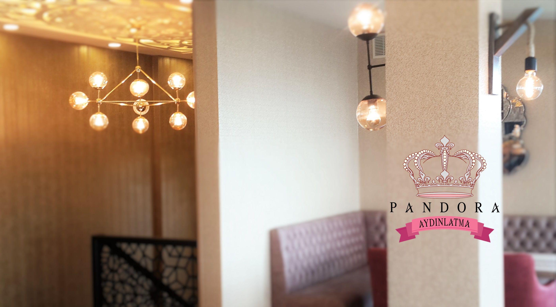 Pandora aydınlatma markasını ve kalitesini seçen pastell cafe bistro