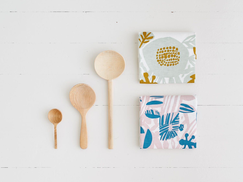キッチンクロス ¥2,200(税別)2017年秋の新作プリント。フランス語を語源とするドライフラワーを集めたポプリの花々を、自然の香りや雰囲気をそのままに、皆さまのご家庭へ届けてくれるデザインです。<Kauniste Finland>