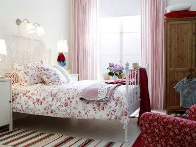Romantisches Schlafzimmer in Rot und Weiß bathroom/bedroom